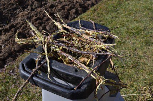 nedokonalé drvenie vetví štiepkovačom